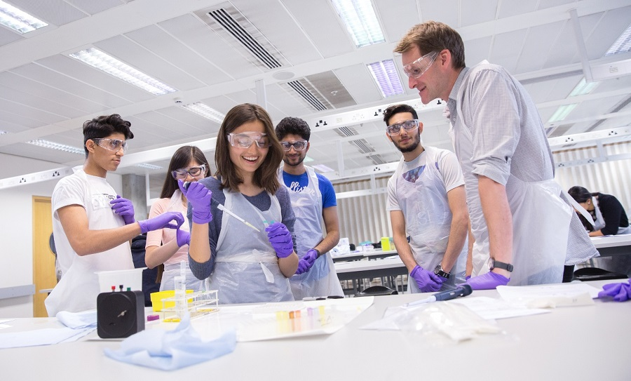 Students taking part in the 'Pathways to Medicine' scheme (c) Imperial College London