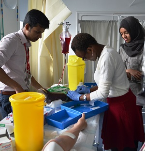 Students take part in the 'Pathways to Medicine' scheme (C) Imperial College London